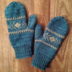 The quintessential mittens for the typical snowy day. Practice some easy colorwork and working in a couple of floats to keep your pattern tight and even. Knitted Mittens Pattern, Loom Knitting Patterns, Knit Mittens, Knitted Gloves, Knitting Stitches, Hand Knitting, Knitting Tutorials, Hat Patterns, Stitch Patterns
