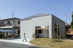 『窓の家』宇治の家   本計画は、宇治市の宅地開発された分譲地の計画です。   周囲は、築30年ほどの住宅が連なる成形された土地で建替えが進む地域です。     外部から『内部のような外部』『外部のような内部』内部とそれぞれ入れ子状   に計画した、同じように配置された分譲地の中で、いかにプライベートで守ら れた空間...