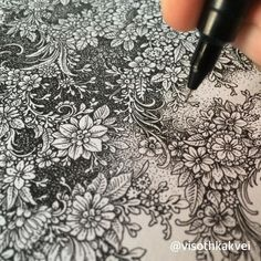 This Artist Takes Doodling To A Ridiculous Level Ultralinx - Cambodian Artist Visoth Kakvei Is Arguably The King Of Doodling He Takes It So Far That Im Not Even Sure It Can Be Described As Doodling Anymore The Year Old Graphic Designer Has An Endless Zentangle Drawings, 3d Drawings, Doodle Drawings, Doodle Art, Ink Doodles, Doodles Zentangles, Doodle Patterns, Zentangle Patterns, Motif Floral