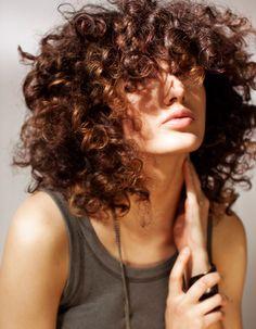 Coiffure cheveux frisés et épais - Cheveux frisés : nos plus jolies idées pour les coiffer - Elle
