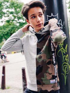 De collecties van Vingino bestaan elke keer weer uit super toffe kledingitems die ons modehartje sneller laten kloppen! #camouflage #print #trend #kidsmode #kinderkleding #jongens #boyslook #herfst #winter #lente #fashion #merk Kids Mode, Hooded Sweater, Camouflage, Hoods, Bomber Jacket, Sweatshirts, Sweaters, Jackets, Fashion