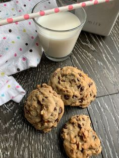 These decadent chocolate chip and pecan cookies are slightly adapted from Double Tree Hilton's famous cookies. They are amazing! Make Chocolate Chip Cookies, Pecan Cookies, Mini Chocolate Chips, Cat Recipes, Cookie Recipes, Snack Recipes, Snacks, Pecan Rolls, Decadent Chocolate