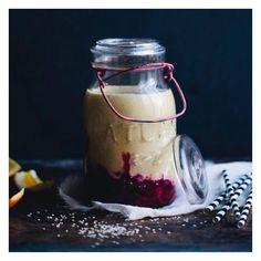 SHAKE DE GERGELIM E LARANJA ⠀ ⠀ ⠀ ⠀ ⠀ ⠀ ⠀ ⠀ ⠀ ⠀ ⠀ ⠀ ⠀ ⠀ ⠀⠀ ⠀ ⠀ ⠀ ⠀ ⠀ ⠀ ⠀ ⠀⠀ ⠀ ⠀ ⠀ ⠀ ⠀  INGREDIENTES: • ½ xícara de sementes de gergelim branco demolhadas por 4 hrs, e bem lavadas na sequência • 500 ml de água • suco de 2 laranjas grandes • 1 colher de canela em pó • 4 tamaras sem caroço (ou seu adoçante low carb de preferência. Que tal Stevia ou Xylitol?) • 1 pitada de sal rosa • ½ xícara de framboesa ⠀ ⠀ ⠀ ⠀ ⠀ ⠀ ⠀ ⠀ ⠀⠀ ⠀ ⠀ ⠀ ⠀ ⠀  MODO DE PREPARO:  Coloque as sementes de gergelim de molho…
