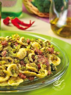 Orecchiette with broccoli and sausage - Le Orecchiette con broccoli e salsiccia Broccoli Pasta, Italian Pasta Recipes, Italian Dishes, Cooking Recipes, Healthy Recipes, Pasta Dishes, Food And Drink, Meals, Italian Recipes