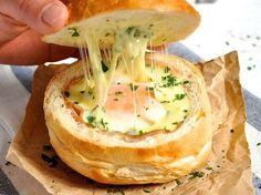 Verhetetlen ínyenc reggeli: sonkával, sajttal, tojással töltött zsömle!