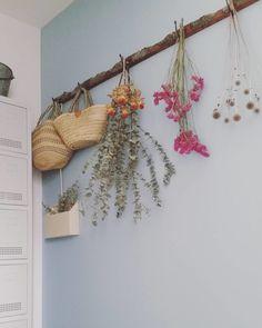 ドライフラワーの飾り方、スワッグとお気に入りの雑貨たちを飾るインテリア   folk