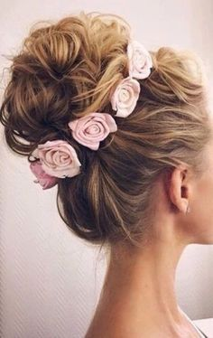 Chignon parfait pour un mariage ou un simple look romantique et féminin avec ce headband de roses qui entoure un bun XL