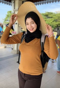 Fajar Rudin's media content and analytics Arab Girls Hijab, Muslim Girls, Casual Hijab Outfit, Hijab Chic, Beautiful Muslim Women, Beautiful Hijab, Muslim Beauty, Hijab Fashionista, Muslim Hijab
