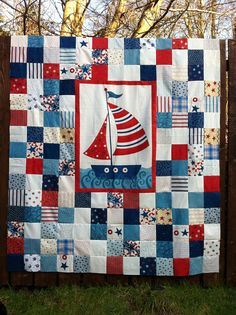 Im not too fond of the quilt, but the idea of having the panel stick out with the bright border is very wise. Maybe Ill use this idea with Machais robot quilt. Quilt Baby, Sailboat Baby Quilt, Baby Quilts For Boys, Children's Quilts, Nautical Quilt, Nautical Theme, Vintage Nautical, Quilting Projects, Quilting Designs