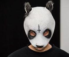 Seit Beginn von Cros Erfolg wollen alle wissen: wie sieht der echte Carlo Waibel unter seiner Pandamaske aus? Im Dezember 2014 schien das Mysterium von der BILD gelüftet. Es stellte sich jedoch heraus: alles eine Verwechslung. Jetzt setzt sich ein Fan auf Twitter für die Privatsphäre des Rappers ein - mit fettem Erfolg!