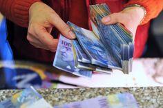 Nie tylko drogi frank jest bolączką tych, którzy mają kredyty w tej walucie. Banki nie dają frankowiczom wytchnienia - w umowach cały czas stosują klauzule niedozwolone.
