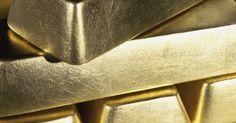 Cómo vender un lingote de oro. Cuando la economía va empeorando, el precio del oro usualmente sube. en tiempos como este, muchas personas que poseen un lingote de oro están dispuestas a venderlo y tomar sus ganacias. El lingote de oro tiende a ser una inversión a largo plazo. La gente lo compra sin pensar sobre cuándo lo venderán, otros lo heredaron. Puede pertenecer a ...