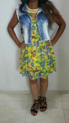 vestido floral com colete jeans para dar um charme 😉