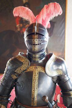 Knight by Tilghar Armor on display at Egeskov Castle Denmark. Medieval Knight, Medieval Armor, Medieval Fantasy, Armadura Medieval, Gold Armor, Armor Clothing, Knight Armor, Arm Armor, Suit Of Armor