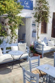 blue and white at the Stou Stratou Cafe, Serifos Island. From This is my Greece. If I can't visit Greece, at least I can enjoy the pictures. Outdoor Spaces, Outdoor Living, Outdoor Decor, Greek Garden, Greek Restaurants, Greek House, Greek Islands, Architecture, Santorini