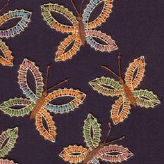 Použitá stužková příze je primárně určená k pletení, ale protože se na ní barvy střídají pěkně nepravidelně, lze s její pomocí vytvořit v krajkách zajímavé efekty. Díky tomu je pak každý kousek opravdu originální.Ty malé motýlky jsem s úspěchem ...