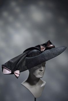 Stephen Jones Millinery SS 2016 Miss Jones Summer Hats For Women, Caps For Women, Races Fashion, Fashion Boots, Caroline Reboux, Derby Attire, Large Brim Hat, Stephen Jones, Funny Hats