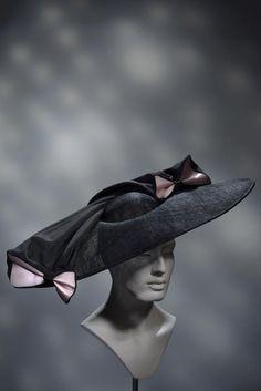 Stephen Jones Millinery SS 2016 Miss Jones Summer Hats For Women, Caps For Women, Races Fashion, Fashion Boots, Caroline Reboux, Large Brim Hat, Derby Attire, Stephen Jones, Funny Hats