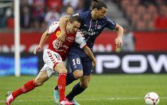D'abord hors sujet en première période, le Paris SG a élevé son niveau lors du deuxième acte pour s'imposer face à Reims (1-0). En attendant Troyes-Marseille dimanche, le PSG prend provisoirement la tête du classement.