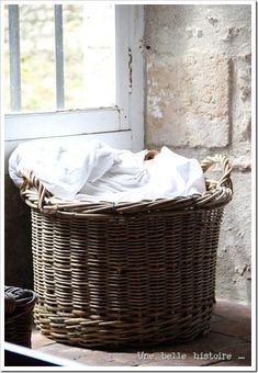 Rattan basket - 100 different uses around your home. What A Nice Day, Vintage Laundry, Vintage Baskets, Basket Bag, Clothes Line, Storage Baskets, Firewood Storage, Country Living, Country Chic