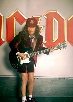 Angus Young of AC/DC on the set of the Heatseeker Video promo shoot Ac Dc Rock, Kid Rock, Heavy Rock, Heavy Metal, Great Bands, Cool Bands, Malcolm Young, Don Mclean, Bon Scott