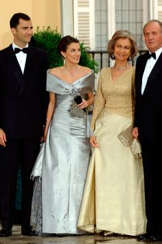 The bridal couple with Queen Sofia and King Juan Carlos of Spain at the pre-wedding banquet on May wedding of Prince Felipe of the Asturias and ms. Letizia Ortiz on May 2004 Bridesmaid Dresses, Prom Dresses, Wedding Dresses, Spanish Royalty, 10th Wedding Anniversary, Estilo Real, Spanish Royal Family, Queen Outfit, Estilo Fashion