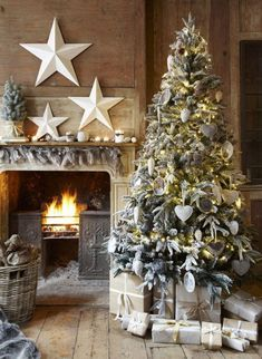Stylish Christmas Décor Ideas In Grey Color and French Chic_55