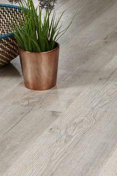 Diese hellgraue Holzoptik mit warmen Elementen kann wunderbar mit rustikalen Hölzern und metallischen Möbeln kombiniert werden. #vinylboden #holzoptik #rusticliving