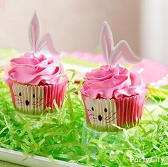 Turn basic cupcakes into Easter bunnies in no time with this kit that includes bunny-ear picks and bunny-face baking cups!