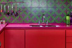 adriana yazbek-assina-cozinha-vermelha-verde-rosa-e-roxa