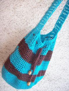 Taška přes rameno Háčkovaná taška ze 100% bavlněné příze s bambusem v barvě tyrkysová s hnědou. Stažení na šňůrku s korálky. Nosí se přes rameno.