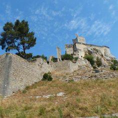 Le château de Boulbon, 13° et 15°s, est établi sur les I° hauteurs dominant la plaine alluviale du Rhône. Comme pour les places voisines de Beaucaire ou Tarascon, le riche commerce sur le fleuve a fait du site une place importante. Le lieu est marqué par le contraste saisissant entre la plaine fertile et les arides collines de calcaire