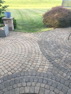 How to Remove Mildew and Mold from Paver Patio and Concrete Surfaces So entfernen Sie Schimmel und S Concrete Patios, Outdoor Patio Pavers, Backyard Walkway, Outdoor Stone, Outside Patio, Brick Patios, Cleaning Pavers, Solar Garden Lanterns, Stone Walkway