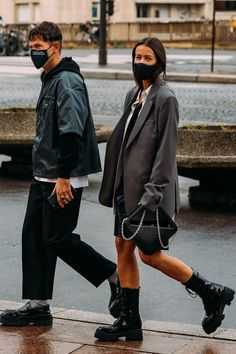 Street style : comment les personnalités s'habillent-elles en cette Fashion Week particulière ? | Vogue Paris Chanel Street Style, Looks Street Style, Fashion Week Hommes, La Fashion Week, Paris Fashion, Lauren Hutton, Vogue Paris, Vanity Fair, Gq
