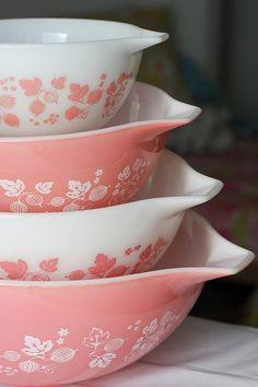 Vintage pink pyrex bowls- gooseberry pattern - I have a set - love love them :) Pyrex Mixing Bowls, Pyrex Bowls, Corelle Ware, Vintage Dishes, Vintage Glassware, Vintage Pyrex, Vintage Bowls, Vintage Baking, Kitchen Organization