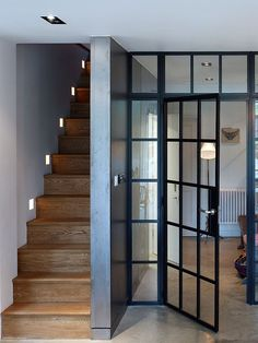 escalier : Internal steel-framed windows and doors act as a transparent screen between the living and eating spaces in the basement. A set of wood stairs with modern detailing leads up to the ground floor. The Doors, Windows And Doors, Black Windows, Sash Windows, Crittal Doors, Crittall Windows, Steel Frame Doors, Wood Doors, Metal Doors