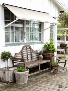 Interesting old-style awning for shade. Deck Furniture, Farmhouse Furniture, Patio Vintage, Modern Cottage Style, Scandinavian Garden, Outdoor Seating Areas, Decks And Porches, Outdoor Living, Outdoor Decor