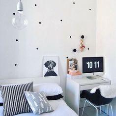 Boa noite com essa inspiração super fofa de quarto no estilo nórdico!😍😍 Destaque para a parede da cabeceira decorada com bolinha de papel contact preto!!