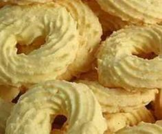 Ingredientes: 200 gr de amido de milho , 5 colher(es) (sopa) de farinha de trigo , 1 xícara(s) (chá) de manteiga , 3 colher(es) (sopa) de coco ralado(s) , 4 colher(es) (sopa) de açúcar