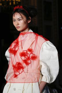 Rocha RTW Spring 19 -Simone Rocha RTW Spring 19 - This is similar to a previous video but the knot this time has a draping effect. It is called the Sinna knot Simone Rocha Spring 2019 Ready-to-Wear Collection - Vogue Haley Allen ( Quirky Fashion, Fashion Art, Editorial Fashion, Runway Fashion, High Fashion, Fashion Show, Fashion Tips, Fashion Design, Fashion Trends