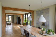 De ruimtelijke woonkamer geeft een huiselijk gevoel.