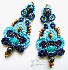 Jaspis lazurowe wybrzeże sam w sobie jest zjawiskowy i świetnie pasuje do biżuterii wykonanej w najróżniejszych technikach. Oczywiści tradycyjnie przedstawiam w towarzystwie sznurków sutasz. #soutache #sutasz #rękodzieło #kolczyki #earrings #handmade #handicraft #jewelry #biżuteria #longearrings #blueearrings #bluejewelry #aurorasoutache