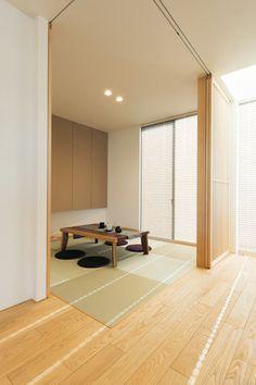 リビングとデザインが調和した和室は、L字型に仕切ることもできる。仕切りを閉めれば、隠れ家的な空間として利用できるのもいい。 #L字の角に柱がないのがいい。 Asian Interior Design, Japan Interior, Home Room Design, House Design, Chinese Tea Room, Japanese Modern House, Sliding Bathroom Doors, Japanese Apartment, Tatami Room