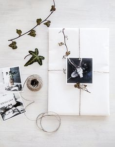 Beautiful gift wrap idea using photos and twigs by Helt Enklet / 100 Christmas ideas - 5 themes / White Christmas