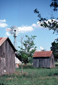 images of farm houses Texas Country Charm, Country Life, Country Living, Farm Windmill, Texas Farm, Old Windmills, Water Wheels, Wind Mills, Old Farm Houses