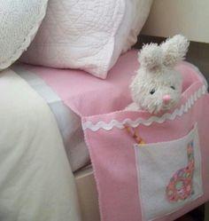 Een zakje aan het bed voor knuffels. Misschien wat groter maken, zodat er een grotere knuffel inpast?