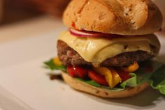 bułka wołowina paryczki papryka paryka ser pomidory cebula chilli sałata hamburger