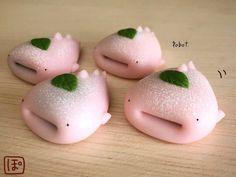 ぽぼっと(@CocoGfj)さんがTwitterに投稿した、粘土細工で作られた作品が、話題になっています。 Cute Snacks, Cute Desserts, Japanese Snacks, Japanese Sweets, Cute Baking, Kawaii Dessert, Mouth Watering Food, Cafe Food, Cute Cakes