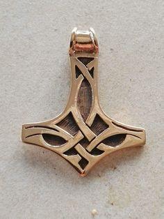 Thors hammer i bronze. 120 kr. ca. 9g 45 x 35 mm -  Det vigtigste nordiske symbol, fundet  i hele vikingernes område. Iflg. sagaen  lammede Mjølner fjenderne og vendte  altid tilbage til Thor, hvilket gjorde  ham uovervindelig. Båret af hedninge  som bevis på deres tro på de gamle  guder. Knuder uden ender står for  livets evige forandring og findes bl.a.  på stenmonumenter på øen Man i  det Irske hav.  Amulet for beskyttelse og energi.