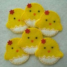 Little Chicken and Egg Felt - could make as a cookie decoration - Simple DIY Crafts Easter Projects, Easter Crafts, Craft Projects, Crafts For Kids, Felt Diy, Felt Crafts, Fabric Crafts, Chicken Crafts, Diy Ostern